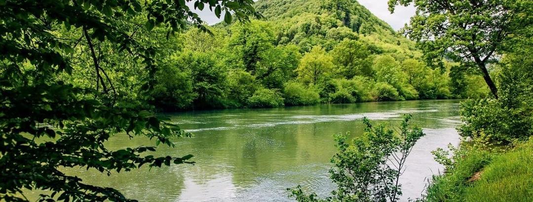 Doubs-Landschaft beim französischen Dorf Vaufrey
