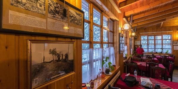 Az étterem falát a régi turistaházakról készült grafikák díszítik