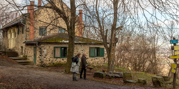 A Kaán Károly kulcsosház a Szent György-hegy oldalában