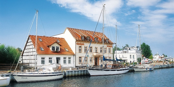 Maritime Idylle: Segelschiffe vertaut im Stadthafen des vorpommernschen Ueckermünde