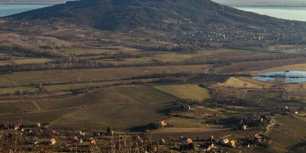 A Szent György-hegy csúcsáról kivehetőek a Badacsony bazaltorgonái is