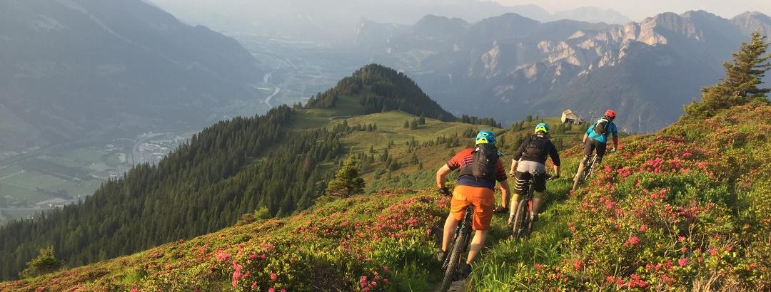 Biker unterwegs am Dreibündenstein Richtung Brambrüesch