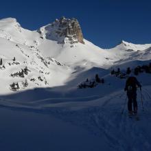 Gipfel der Roßköpfe rechts (2246m) und Seekarlspitze (2261m) mit breitem Schneehang links