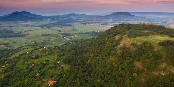 Hrad Csobánc z výšky, na vrchole je pekne vidieť zrúcaniny hradu
