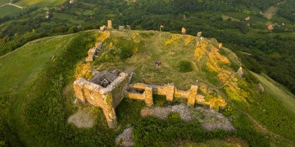 Aus der Burg von Csobánc sind nur die Mauer übrig geblieben.