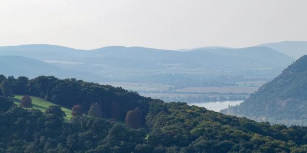 Balra a Hunyadi-kaszáló, jobbra a Duna kanyarja a Szent Mihály-hegy alatt