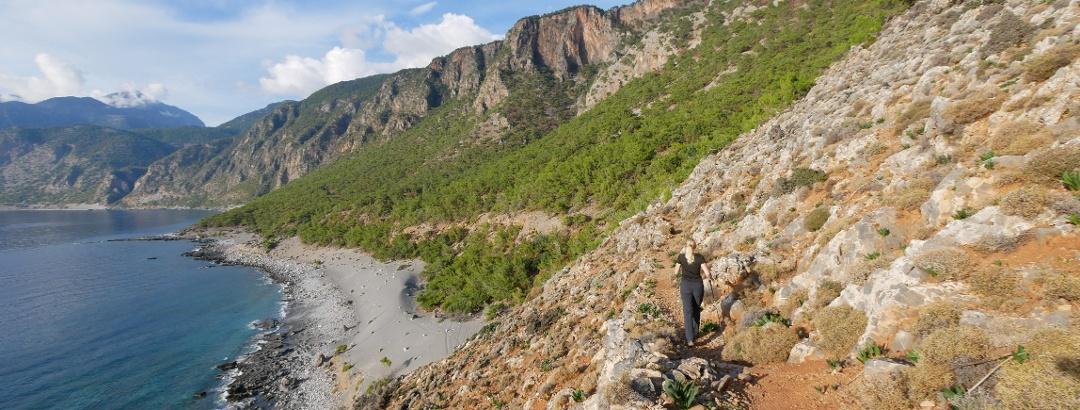 Weg mit Meeresblick an der Südwestküste Kretas