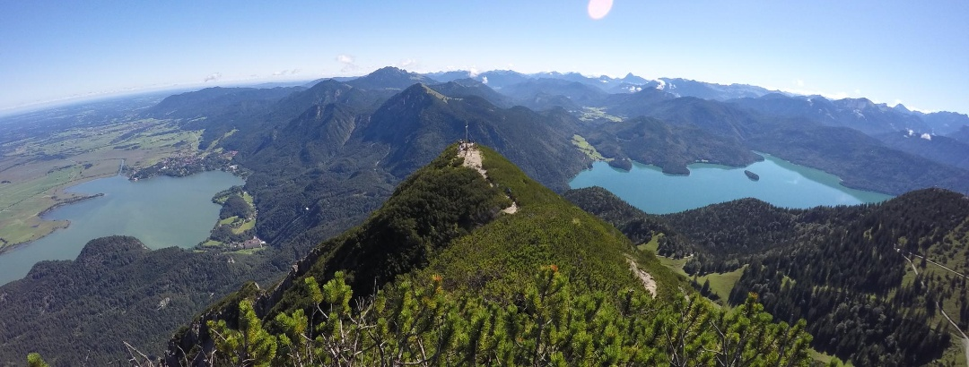 Aussicht vom Herzogstandgipfel auf den Kochelsee (links) und den Walchensee