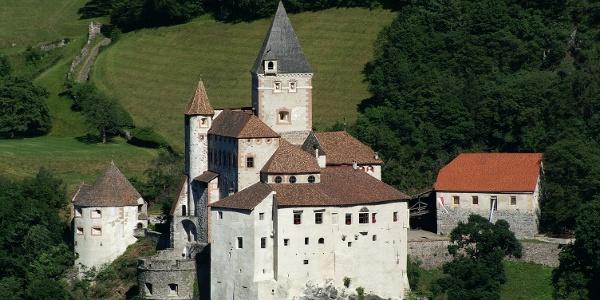 Die Trostburg oberhalb von Waidbruck überwacht als stattliche Ritterburg aus dem 12. Jahrhundert majestätisch das untere Eisacktal und den Eingang ins Grödner Tal