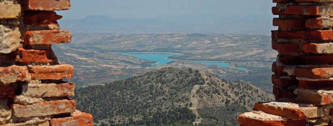 Vista a un pantano y sus alrededores en Andalucia