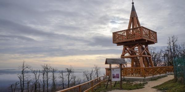 Zimný západ Slnka na vrchu Kab-hegy (rozhľadna Kinizsi Pál-kilátó)