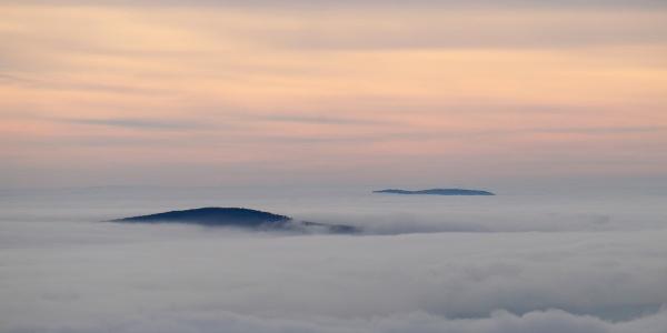 Zahmlené vrcholy na vrchu Kab-hegy (Rozhľadňa Kinizsi)
