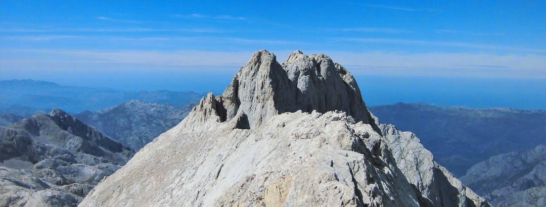Die Gipfel des Neverón de Urriellu von dem langen Südgrat aus gesehen.