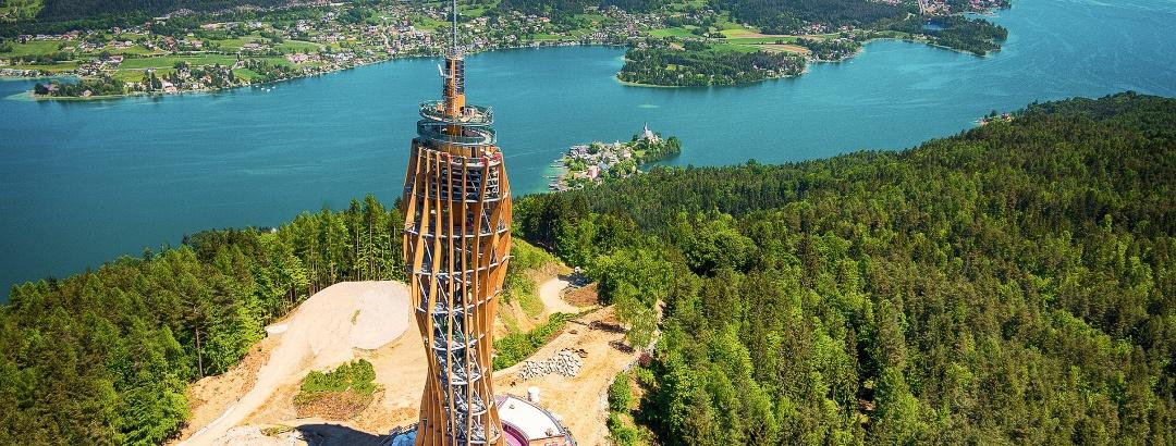Pyramidenkogel - Turm, knapp vor der Eröffnung 2013 - im Hintergrund Krumpendorf und Klagenfurt