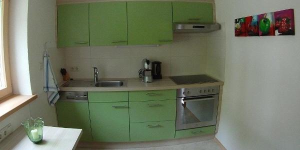 Küche mit Cerankochfeld und Geschirrspüler