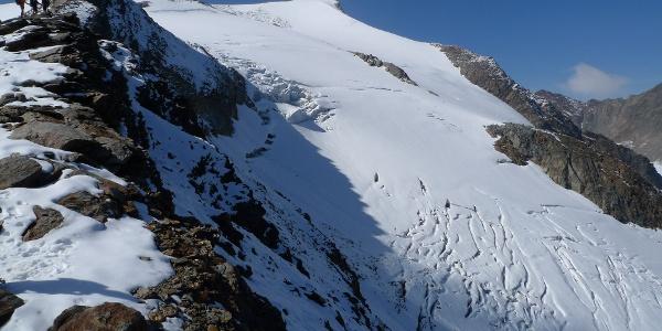 Geschickt angelegter Aufstieg mit Blick auf den Gipfel