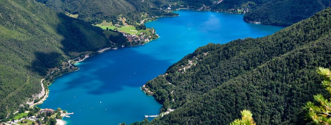Der Lago di Ledro liegt eingebettet in die Bergwelt