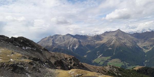 Der idyllisch gelegene Radlsee (nicht mit dem Radlsee bzw. mit der Radlseehütte im Eisacktal zu verwechseln). Im Hintergrund der Hirzer, mit 2.780m der höchste Gipfel der Sarntaler Alpen