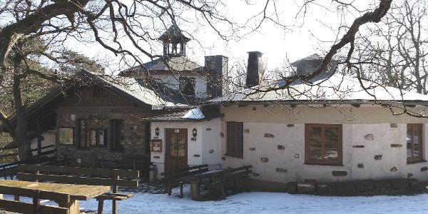 Die Krausberghütte mit Glockenturm.