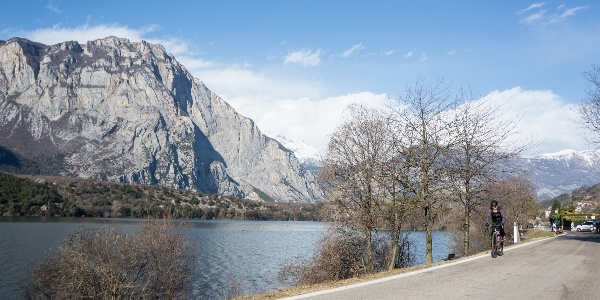 Die Straße, die entlang des Cavedine Sees verläuft
