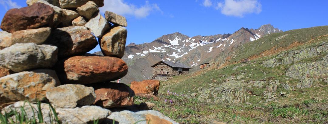 Die Oberetteshütte auf dem Weg hinauf zur Höllerscharte