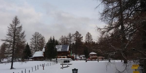 Ende des Zufahrtsweges Neue Bonner Hütte mit Abzweigung Weg 113 Ebenwald