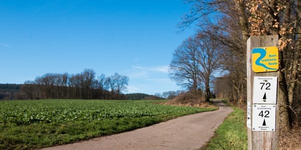 Kurz hinter dem Start an der Rurbrücke in Üdingen: Der Weg ist mit dem Zeichen der Buntsandstein-Route markiert