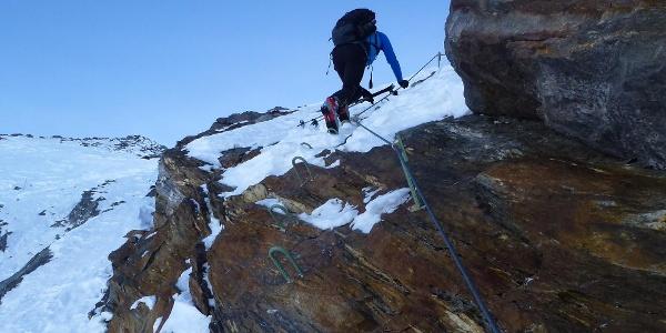 Im Frühwinter, oder bei geringer Schneelage, wenn die im festen Fels angelegten Versicherungen frei liegen, wird man diese für den Aufstieg nützen.