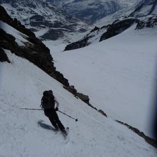Direkte Abfahrt von der Hochvernagtspitze 3535m über die mehr als 40° steile, direkte Südflanke. Machbar nur bei perfekten Firnbedingungen.