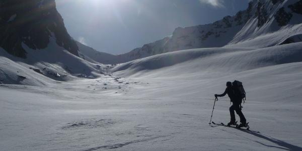 Aufstieg in nach wie vor angenehmer Steigung über den Rotmoosferner. Gletscherspalten waren hier selbst im sehr schneearmen Winter 2011/12 am Ötztaler Hauptkamm kein Thema.