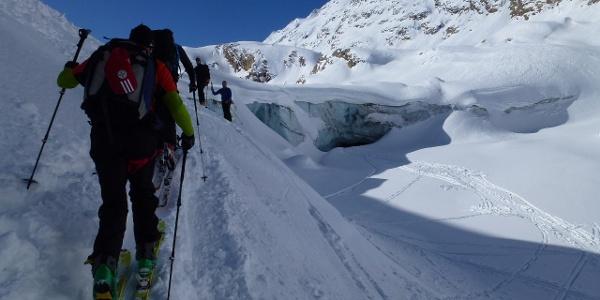 Im Frühjahr 2014 hat man den weiteren Aufstieg an der orographisch rechten Seite der Gletscherzunge fortgesetzt. Das kann sich aber infolge des Gletscherrückzugs jederzeit ändern.