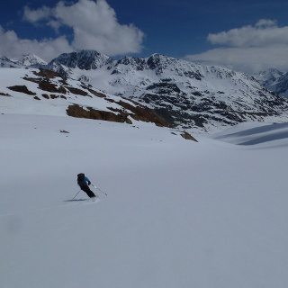 Abfahrt über den Vernagtferner. Die Gletscherneigung ist ideal, perfekt für herrliche Abfahrtsschwünge.