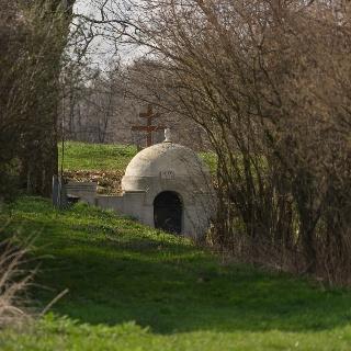 Egy szántón átgyalogolva feltűnik a Lánka-patak mellett