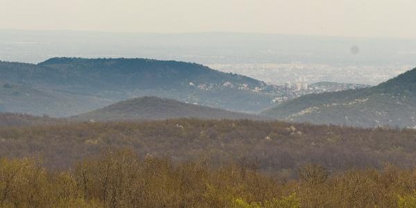 Panoráma a Csergezán Pál-kilátóból kelet és dél felé. Jól látszik a Hármashatár-hegy, a Hárs-hegy és a János-hegy is