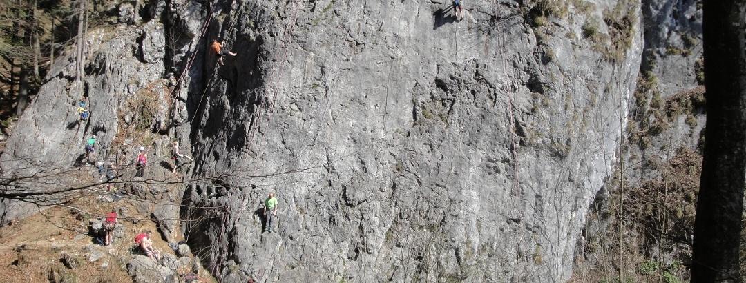Beim AV-Klettergarten geht es bachabwärts.