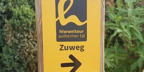 Markierung des Zuwegs zur Hiwweltour Aulheimer Tal