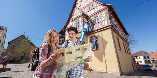 Wanderer am alten Rathaus von Bodenheim