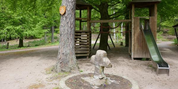 Das Wegkreuz und der Spielplatz von Lambertskreuz