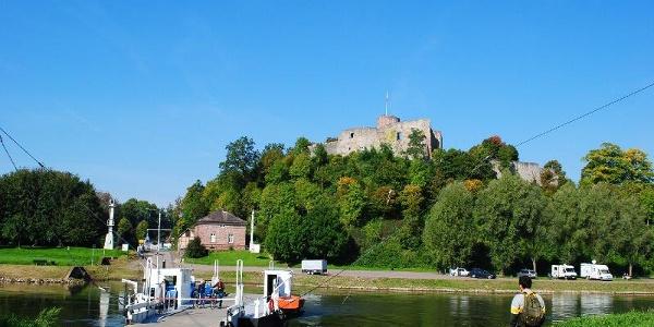 Weserfähre vor der Burg Polle