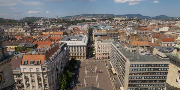 Kilátás a Szent István tér és Buda felé a Szent István-bazilika kilátójából