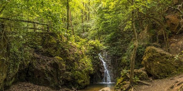 A Jegenye-völgyi vízesés tavasszal