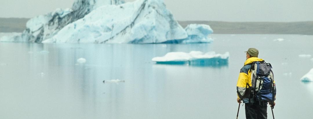 Wanderer und Eisberge am Jökulsárlón