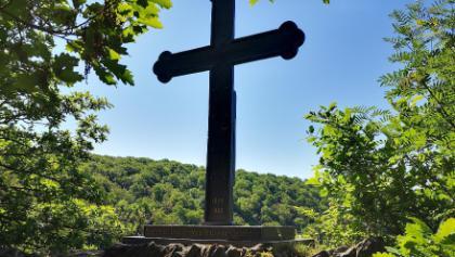 Gedenkkreuz auf dem Weg