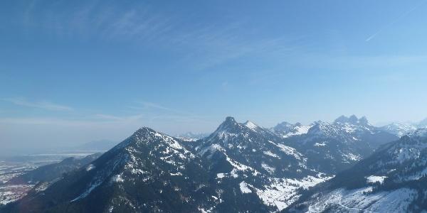 Ausblick vom Gipfel des Schönkahler auf Pfrontener Breitenberg und Aggenstein im Winter