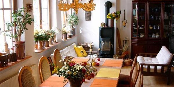 Frühstücksraum mit Kaminofen