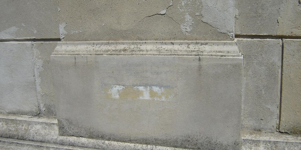 Az egykori Kéktúra jelzés napjainkban sajnos már alig látszik a villa falán