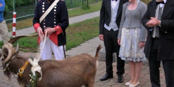 Der Geißbock mit dem Brautpaar und Bürgermeister Müller