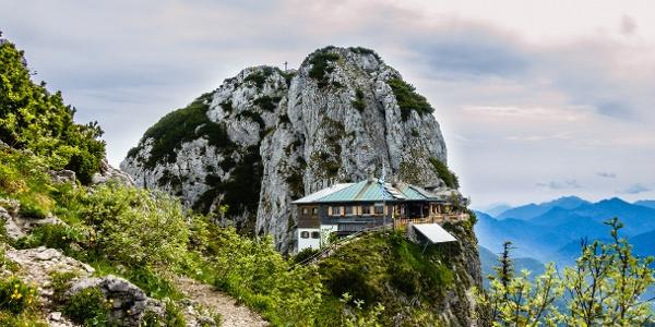 die Tegernseer Hütte klebt wie ein Adlerhorst exponiert am Buchstein
