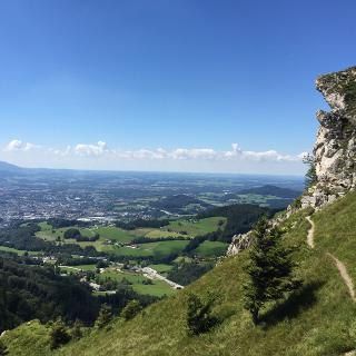 Wegabschnitt kurz vor dem Gipfel mit traumhafter Aussicht