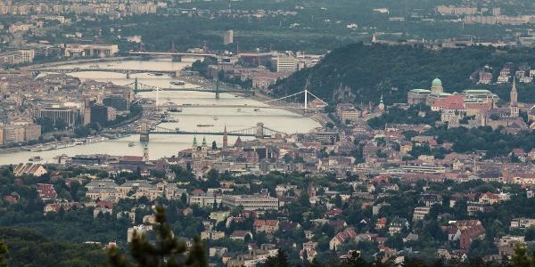 Die Budaer Burg und die Brücken der Hauptstadt aus dem Guckler Károly-Aussichtsturm